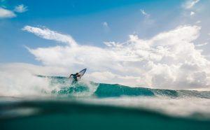 surfeur vue contre plongée